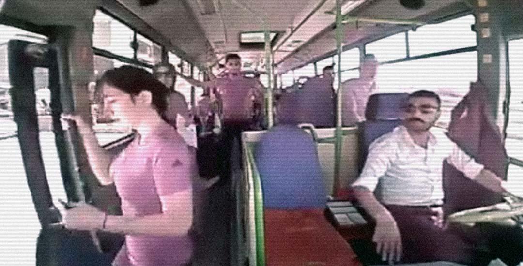 Una pasajera se baja del autobús antes de que parara. 5