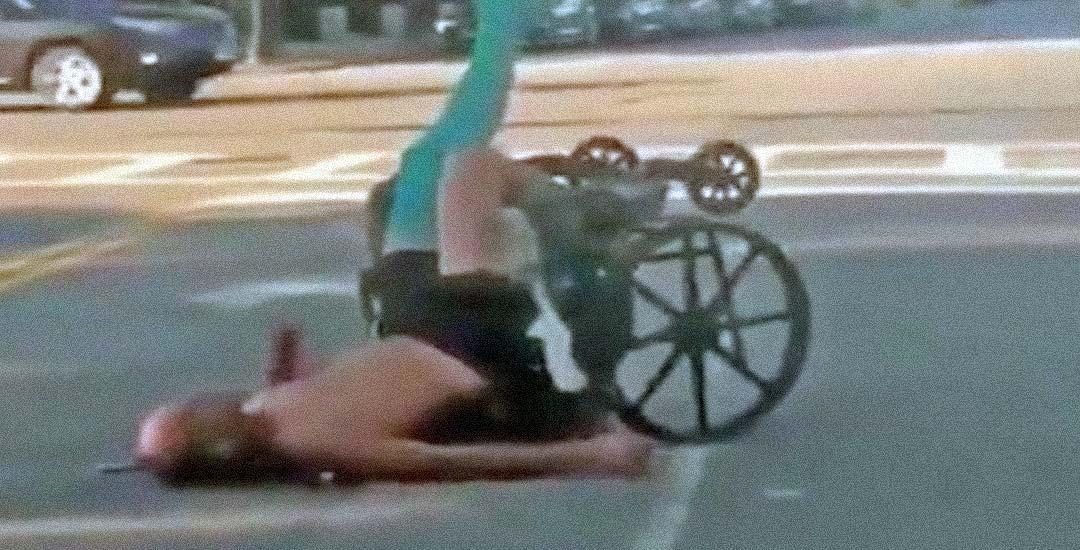 Cuando te encuentras a un hombre en silla de ruedas tirado en la carretera. 2