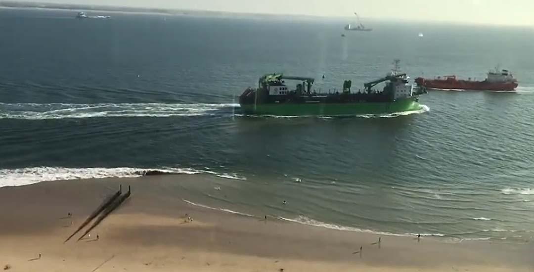 Un barco pasa demasiado rápido y cerca de la playa y causa varios heridos. 5