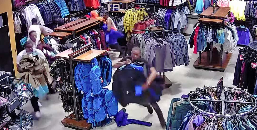 10 personas entran a robar una tienda con todo el descaro. 13