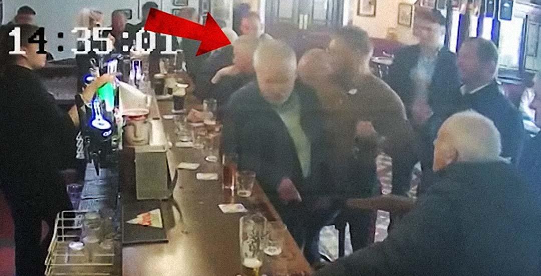 Vídeo de Conor McGregor golpeando a un anciano que no quería beber su whisky. 1