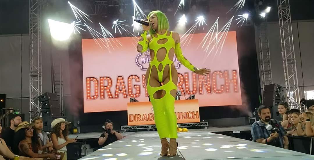 Sonique sorprende con su vestido en una actuación durante la Drag Me To Brunch. 4