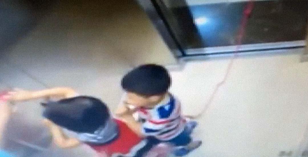Un niño casi muere ahogado en un ascensor. 5