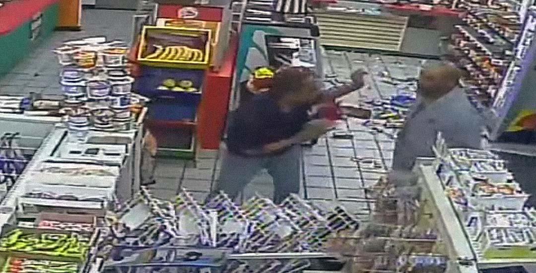 Cliente borracho destroza tienda y agrede al dependiente por no venderle alcohol. 2