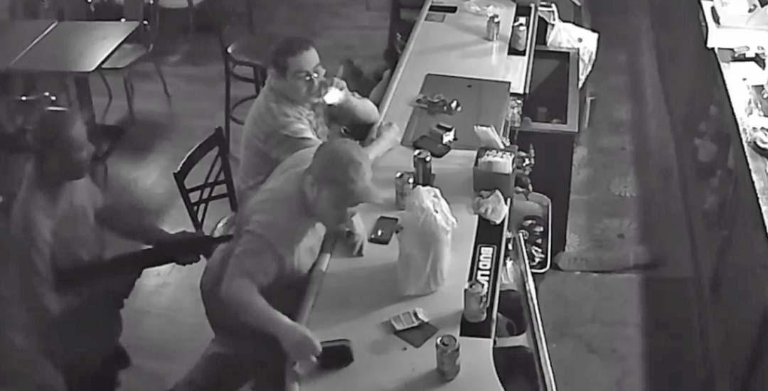 Atracador se encuentra al cliente más chulo en este bar. 7