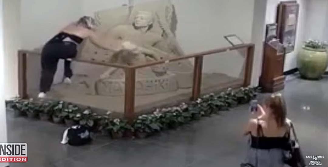 Dos adolescentes destruyen una escultura de arena en un hotel de Hawái. 1