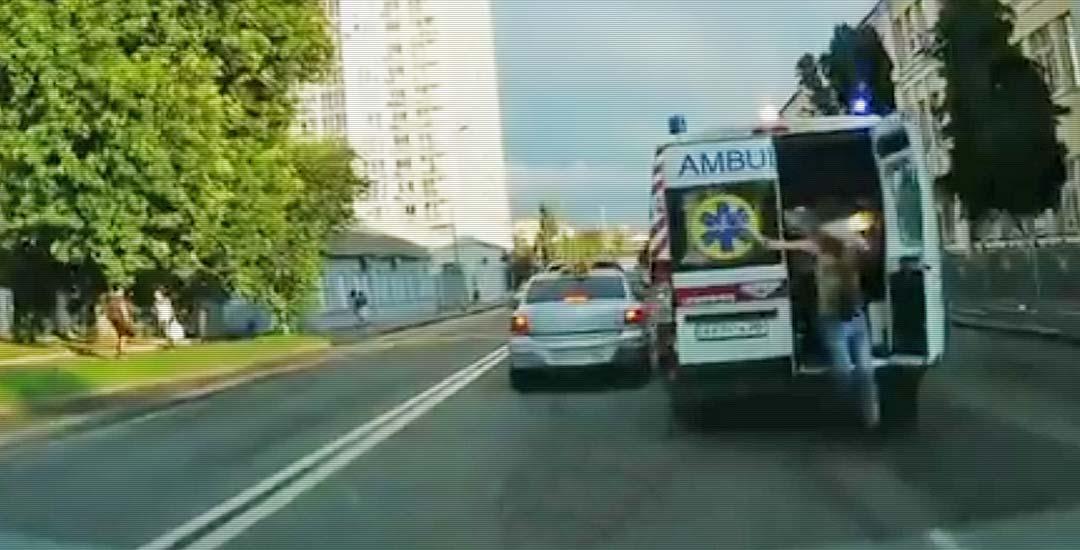 Un enfermo salta de la ambulancia en marcha y sale corriendo. 1