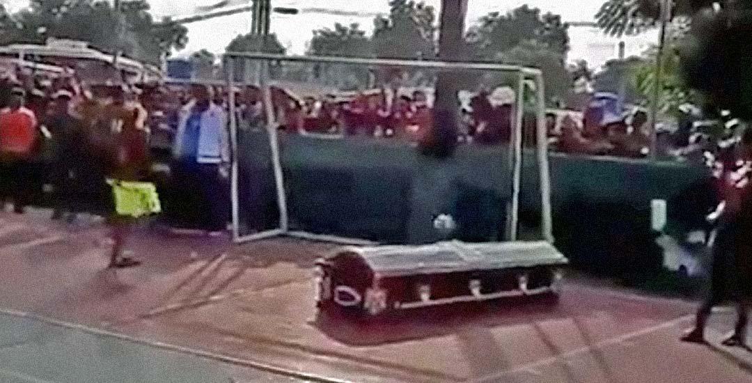 Ponen el ataúd de un jugador para que marque su último gol. 1