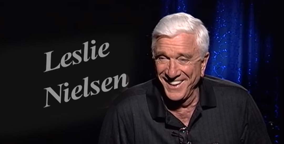 Leslie Nielsen tirándose pedos en una entrevista en TV. 4