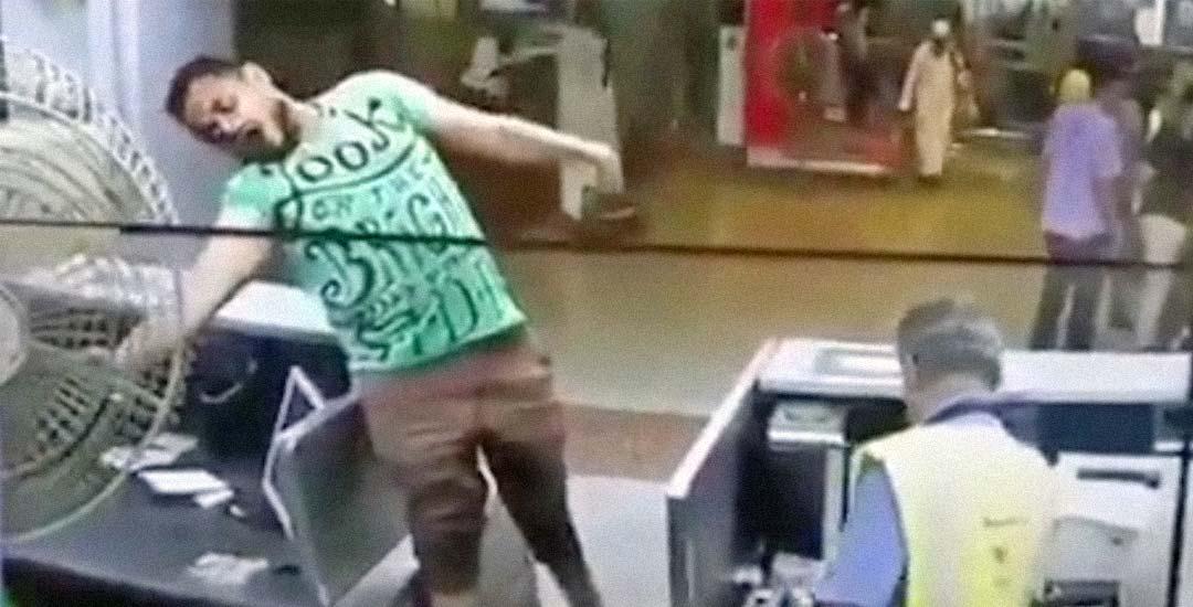 Trabajador se marcha mientras un hombre se electrocuta a su lado. 1