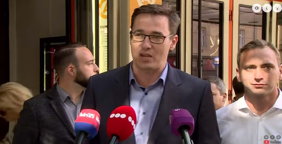 Político Hungaro es troleado ante la prensa por sus opositores con un camión del Circo. 7