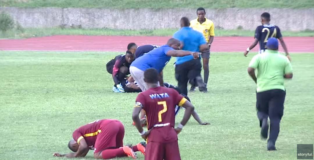 Cae un rayo sobre los jugadores de un partido de futbol. 7