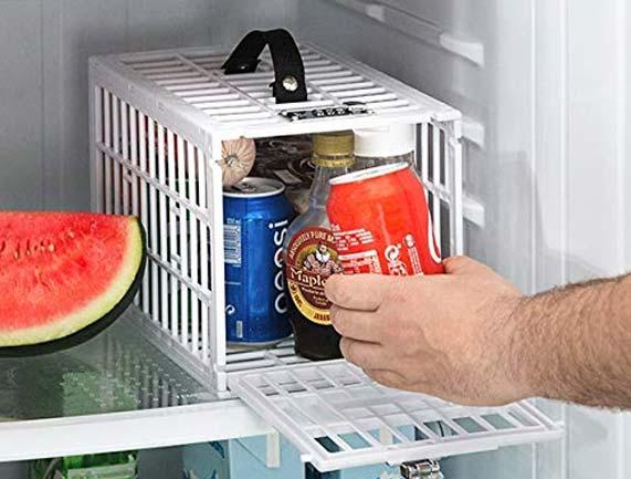 Pone una caja fuerte en el frigorífico para que su novia no se coma sus chocolates. 4