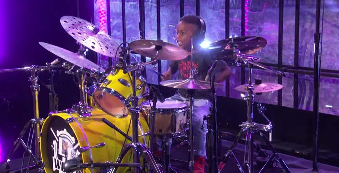 Lenny Kravitz da una sorpresa a un fan de solo 5 años que toca la batería de lujo. 3