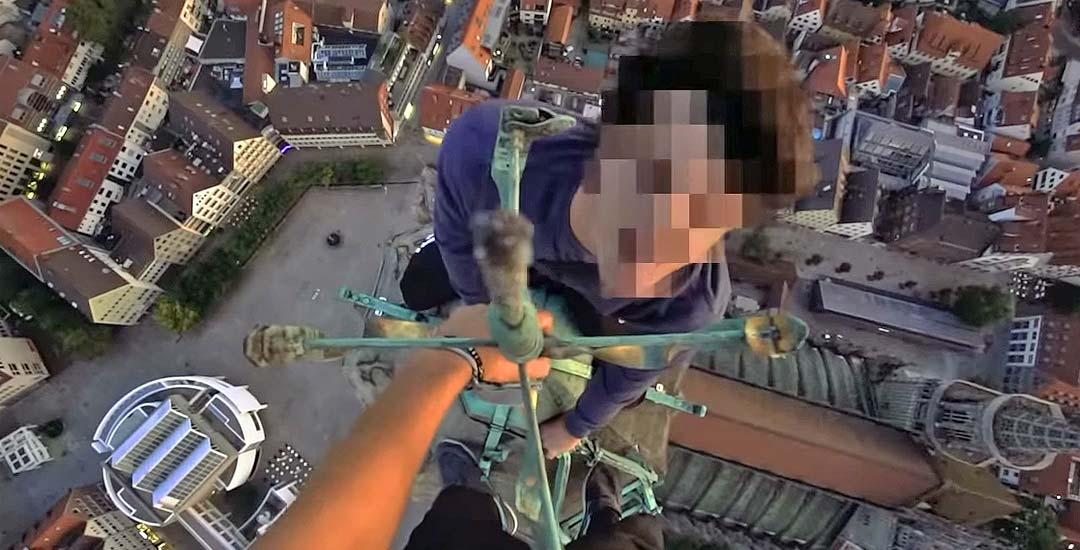 Suben a escondidas a la torre de la Iglesia más alta del mundo. 10