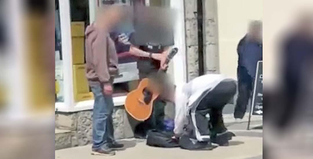 Encarcelados por robar a un músico callejero ciego. 1