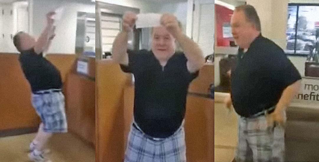Ingresa el último pago a su exmujer y se pone a bailar en el banco. 3