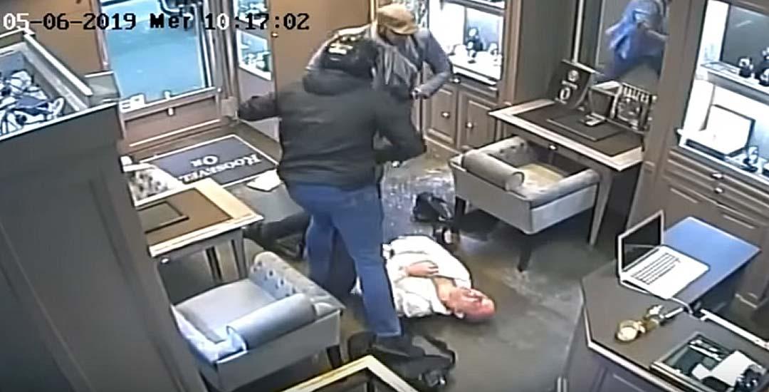 Vídeo del robo en una tienda Rolex en el centro de París. 4