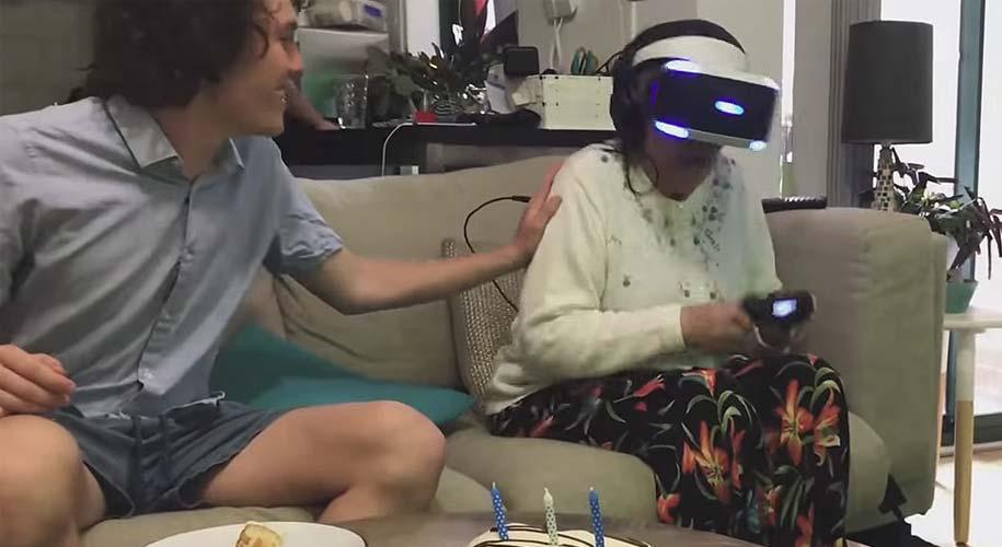 Abuela de 80 años prueba la realidad virtual y termina en desastre [Vídeo] 15