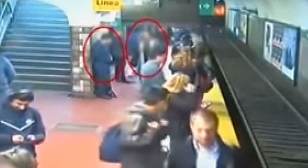 Un hombre se desmaya en el metro y empuja a una mujer a las vías 1