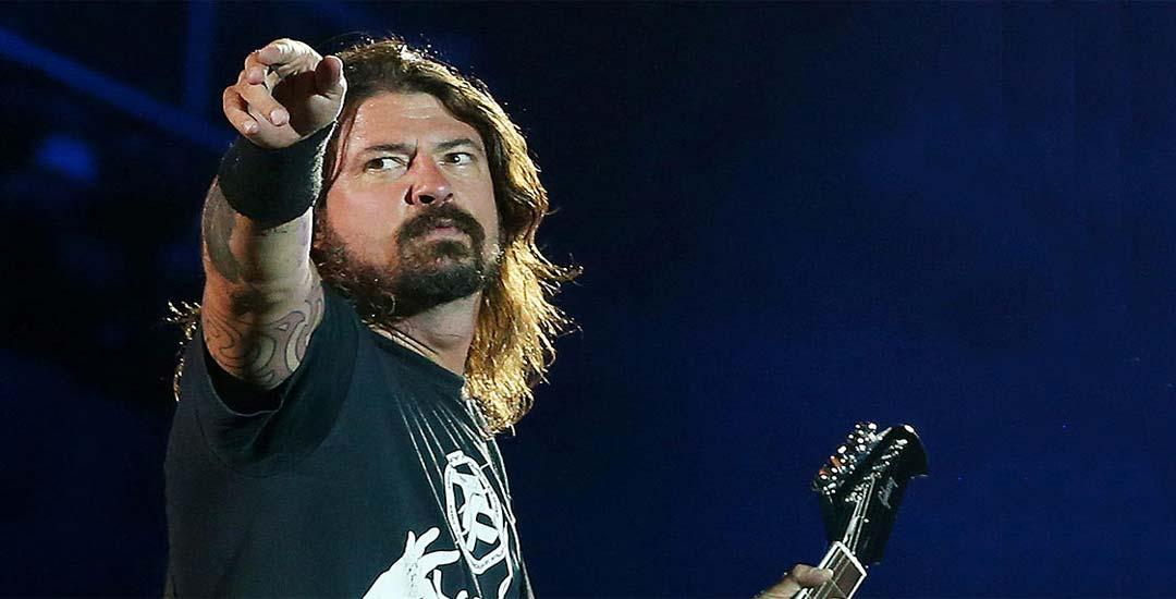 Dave Grohl llora al escuchar a Weezer tocar Lithium 25