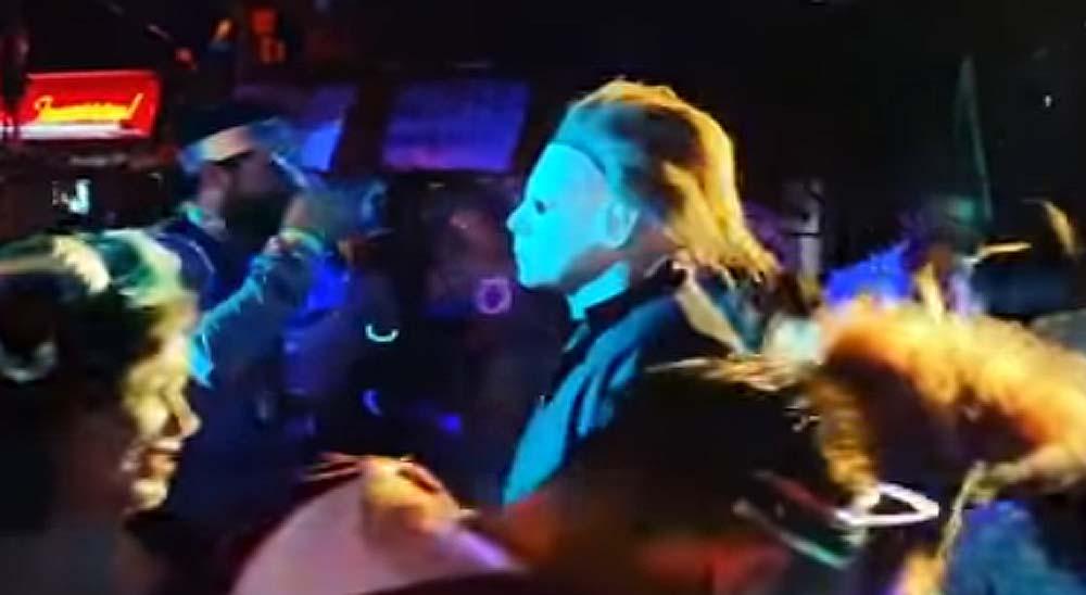 Disfrazado de Michael Myers en una discoteca 2