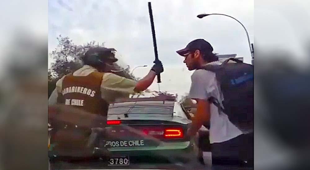 Policía Chilena detiene a un manifestante pero se olvida de cerrar el coche y se escapa 2