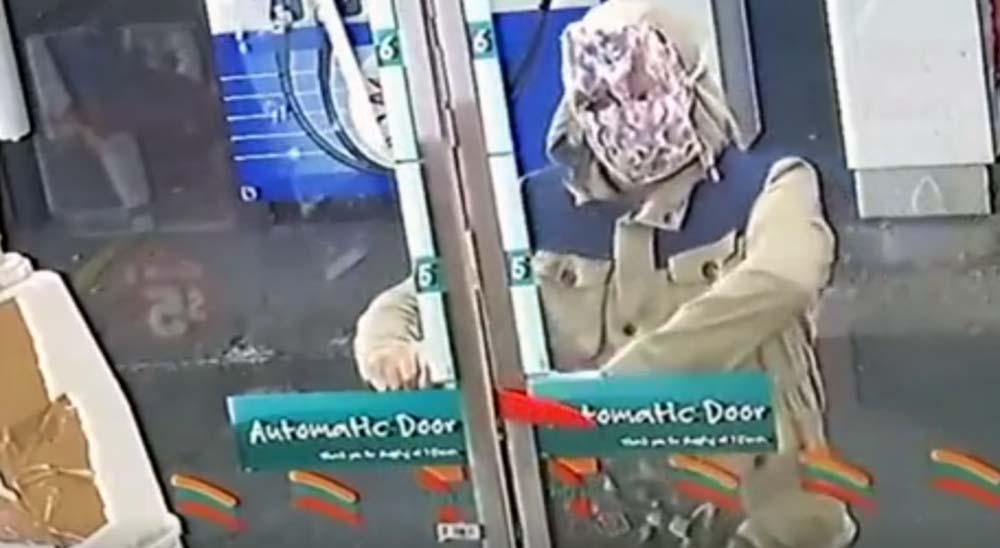 Ladrón se enfada por que no le abren la puerta para robar 3