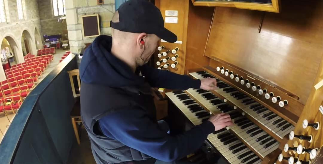 """Tocando el tema de Interstellar """"First Step"""" en el órgano de una Iglesia 5"""