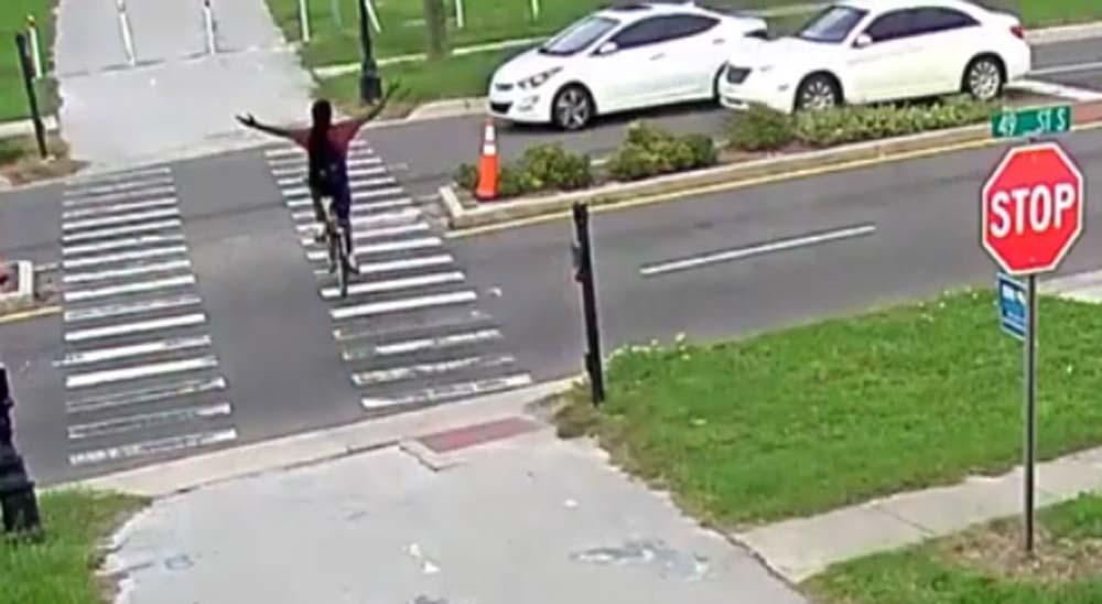 La policía busca al conductor del coche que ha atropellado a este ciclista del vídeo 5