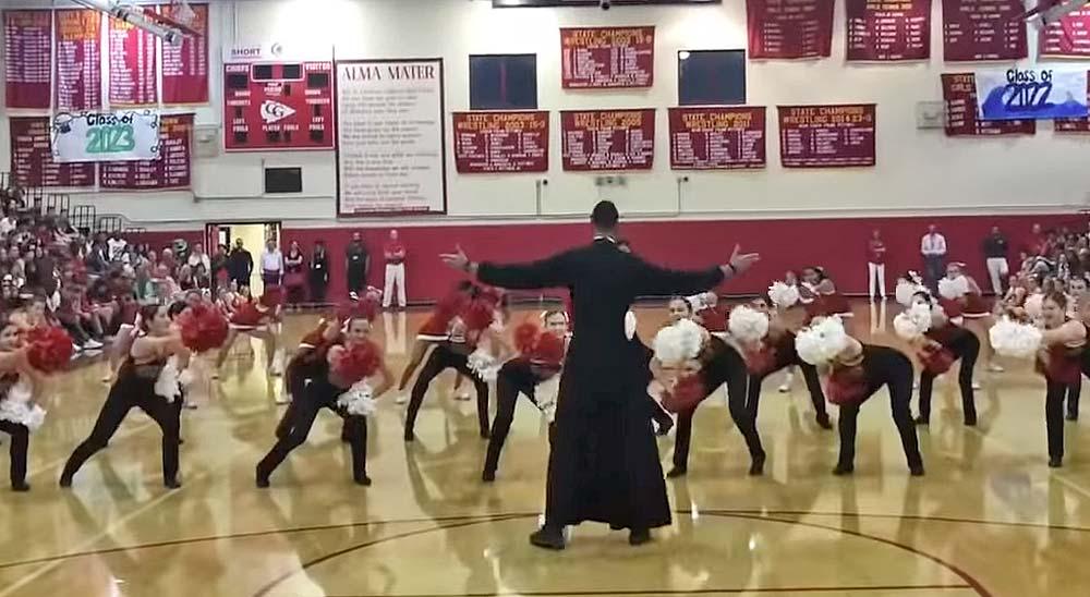 El Padre Rivera sale a bailar con las animadoras 3