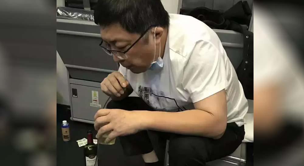 Doctor salva la vida de un hombre succionando 800ml de orina de su vejiga en un vuelo 2