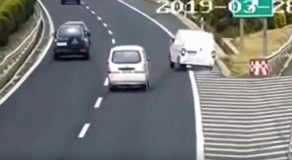 Frena en una autopista al pasarse una salida y causa un accidente 13