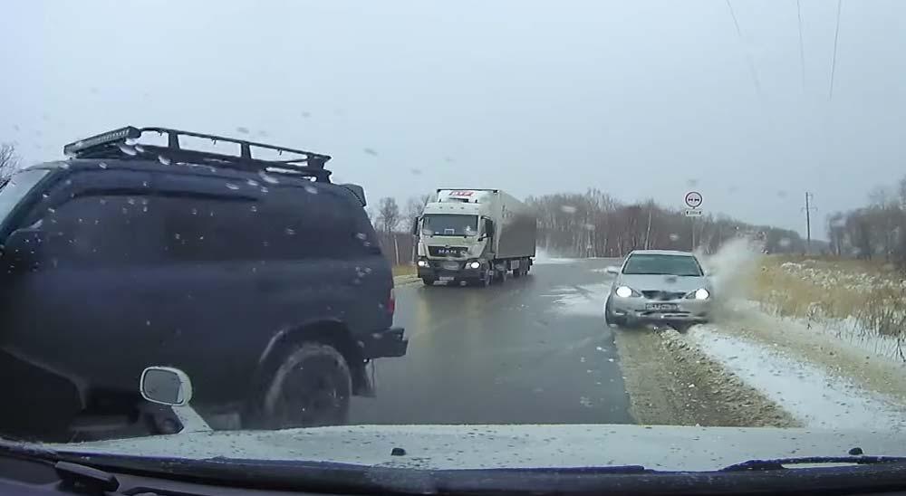 Hielo en la carretera causa un accidente múltiple 5