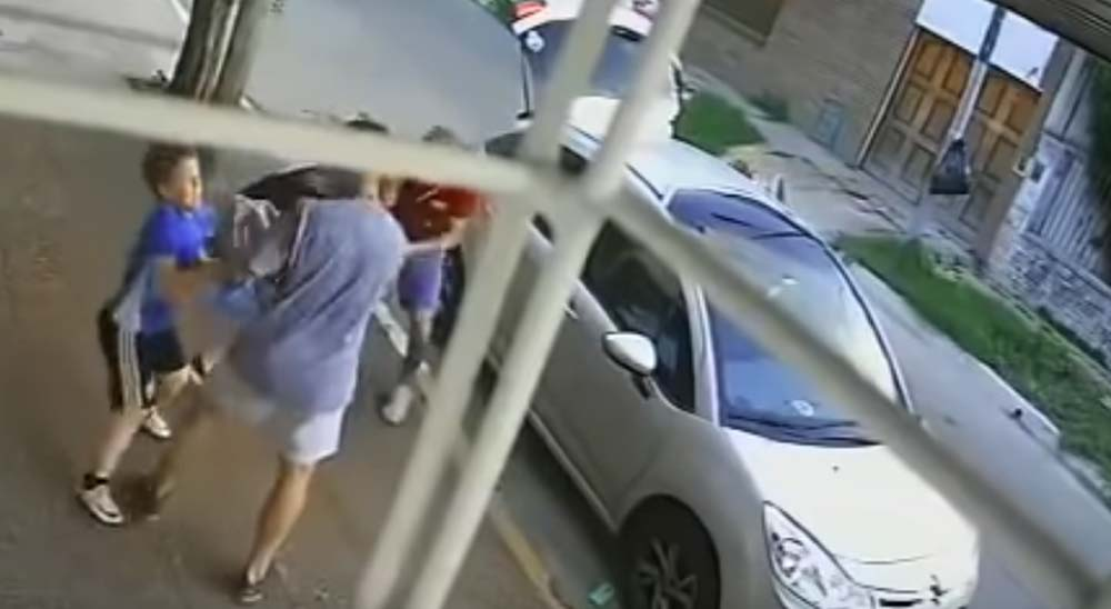 Un niño se enfrenta y defiende a su madre de unos ladrones 11