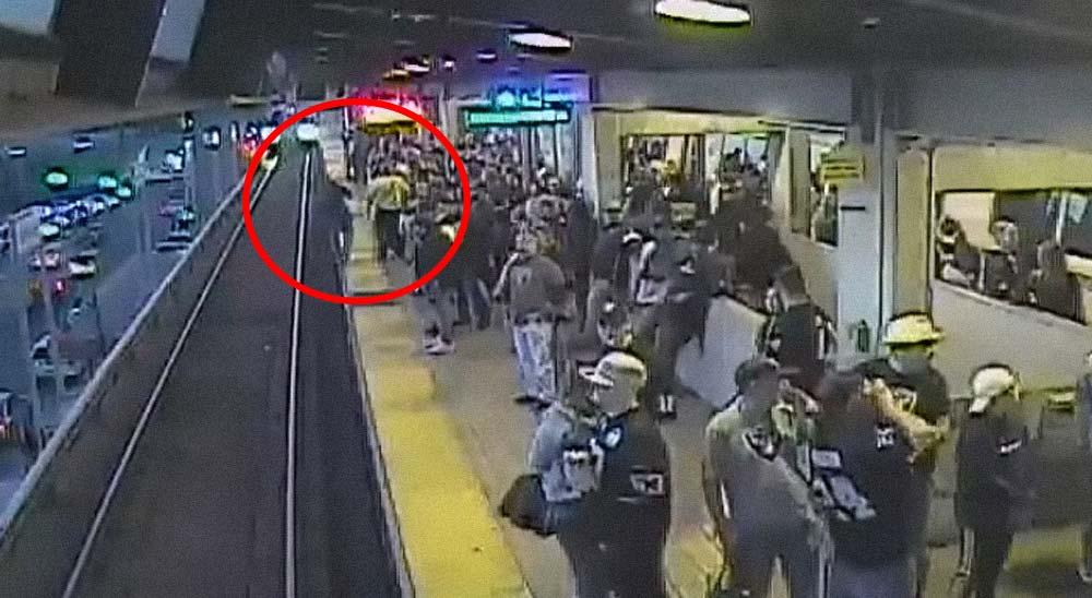 Un empleado de la estación salva la vida de una persona en el último segundo 23