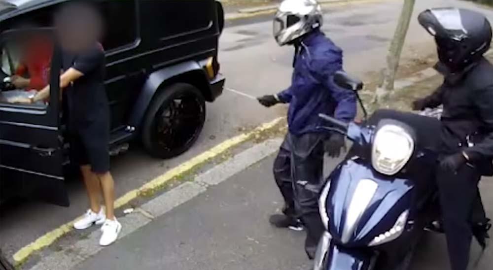 El vídeo del intento de robo a Mesut Ozil y Sead Kolasinac 21
