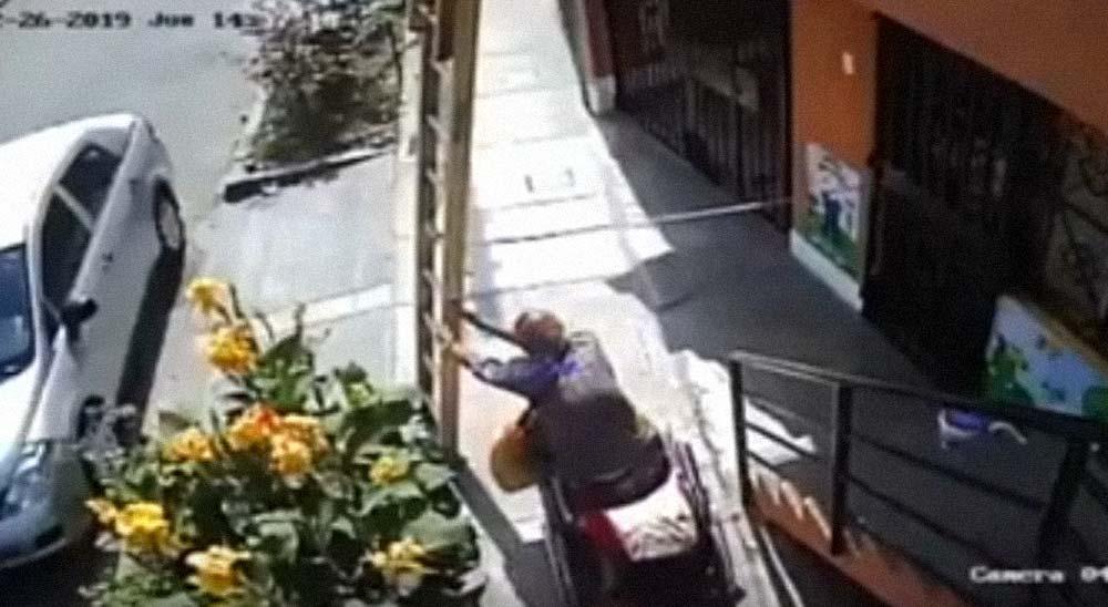 Anciano en silla de ruedas, tira la escalera de un pintor que estaba trabajando 4