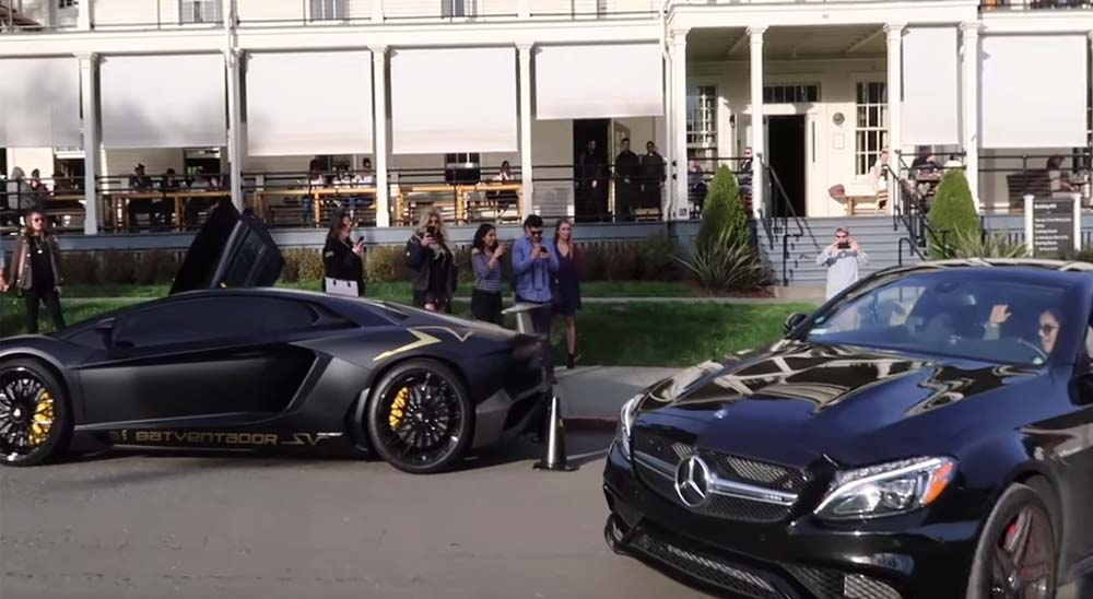 Dejando que tu coche aparque solo entre dos Lamborghinis 1
