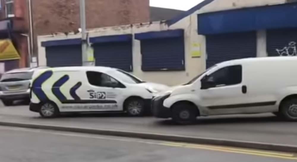 Dos conductores resuelven sus diferencias chocando sus coches 2
