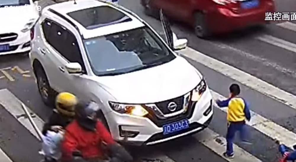 Un niño de enfrenta al conductor que atropella a su madre 11