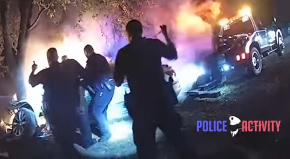 Policías sacan salvan a un hombre de un coche en llamas 21