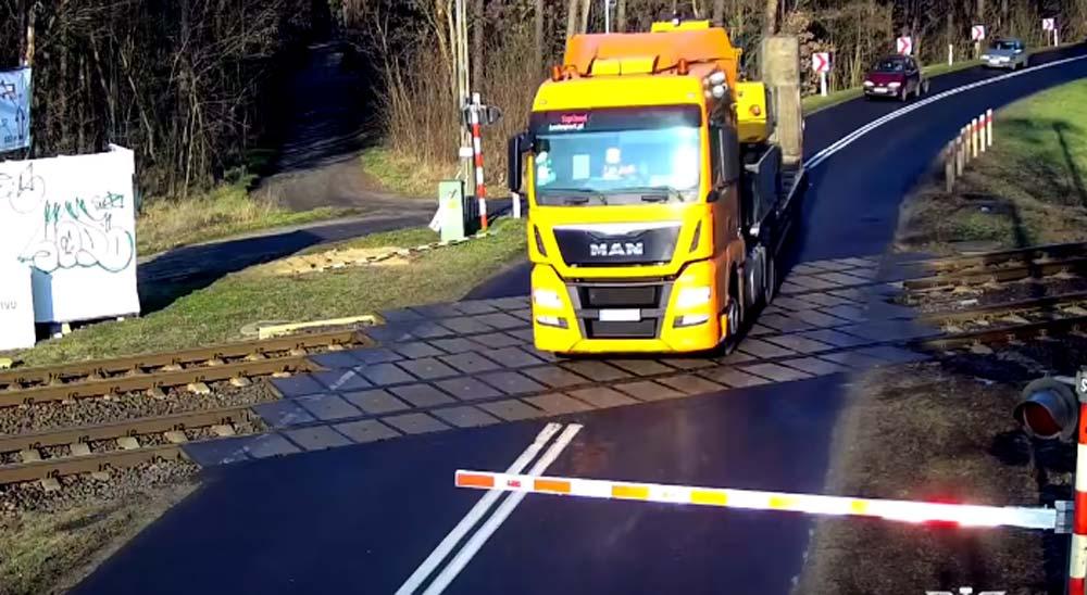 Camión es arrollado por un tren al saltarse un paso a nivel 4