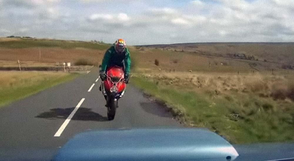 Conductor imprudente provoca un choca frontal con una moto 9