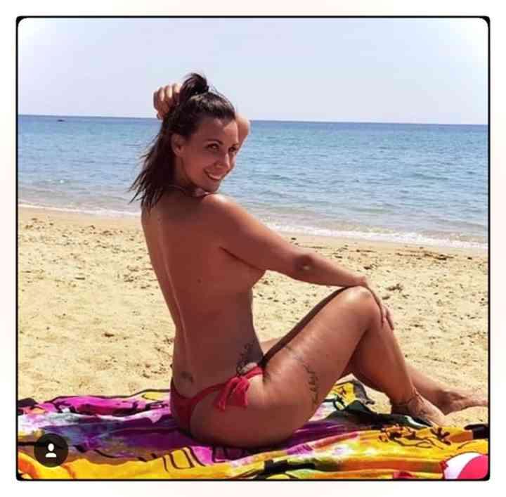 Foto de Fani haciendo toples en la playa