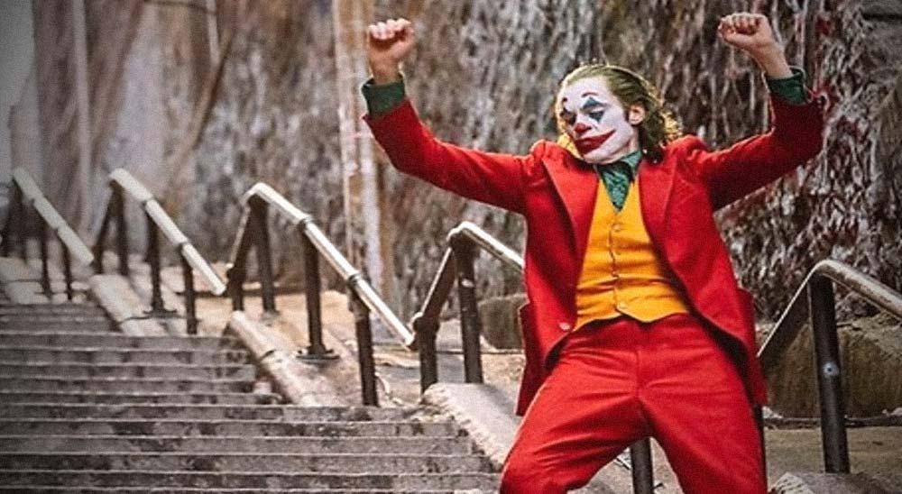 Graba escondido desde su casa la escena de JOKER en las escaleras 7