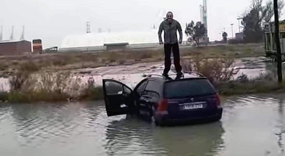 Un hombre cae al agua desde su coche en Valencia 39