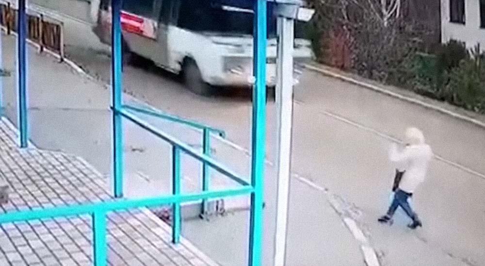 Una mujer se libra de morir bajo un autobús por cuestión de suerte 20