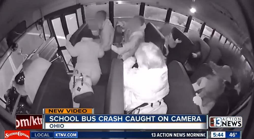 Un vídeo aterrador del interior de un autobús escolar que sufre un accidente 5