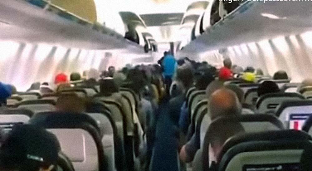 Pasajeros Canadienses bajando del avión. Busca las diferencias con tu país 6